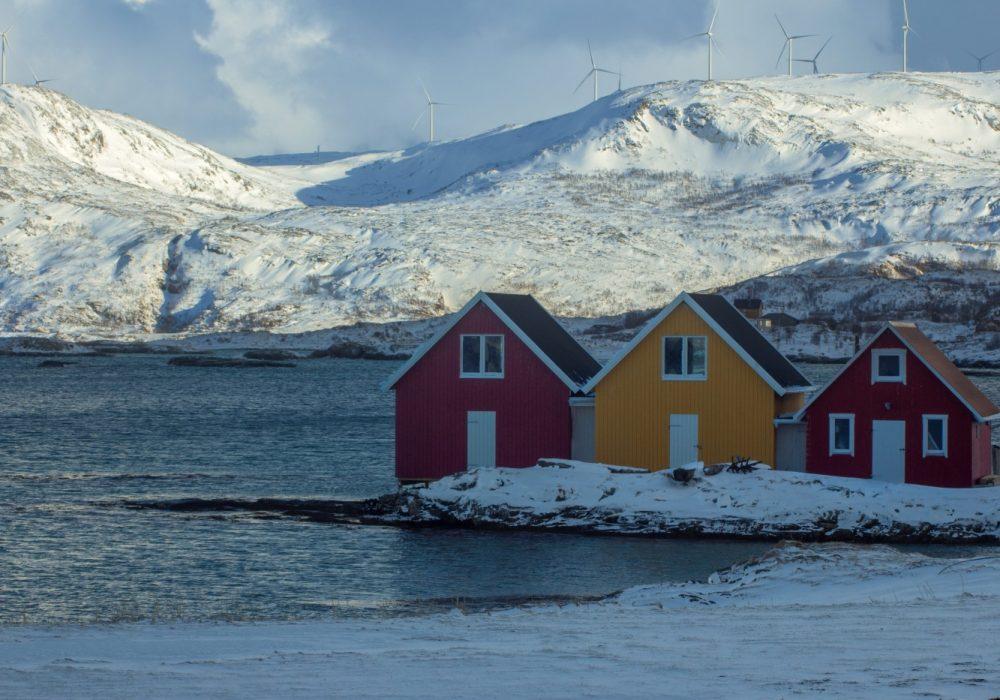 Domy w tradycyjnych norweskich kolorach na wyspie Sommaroy
